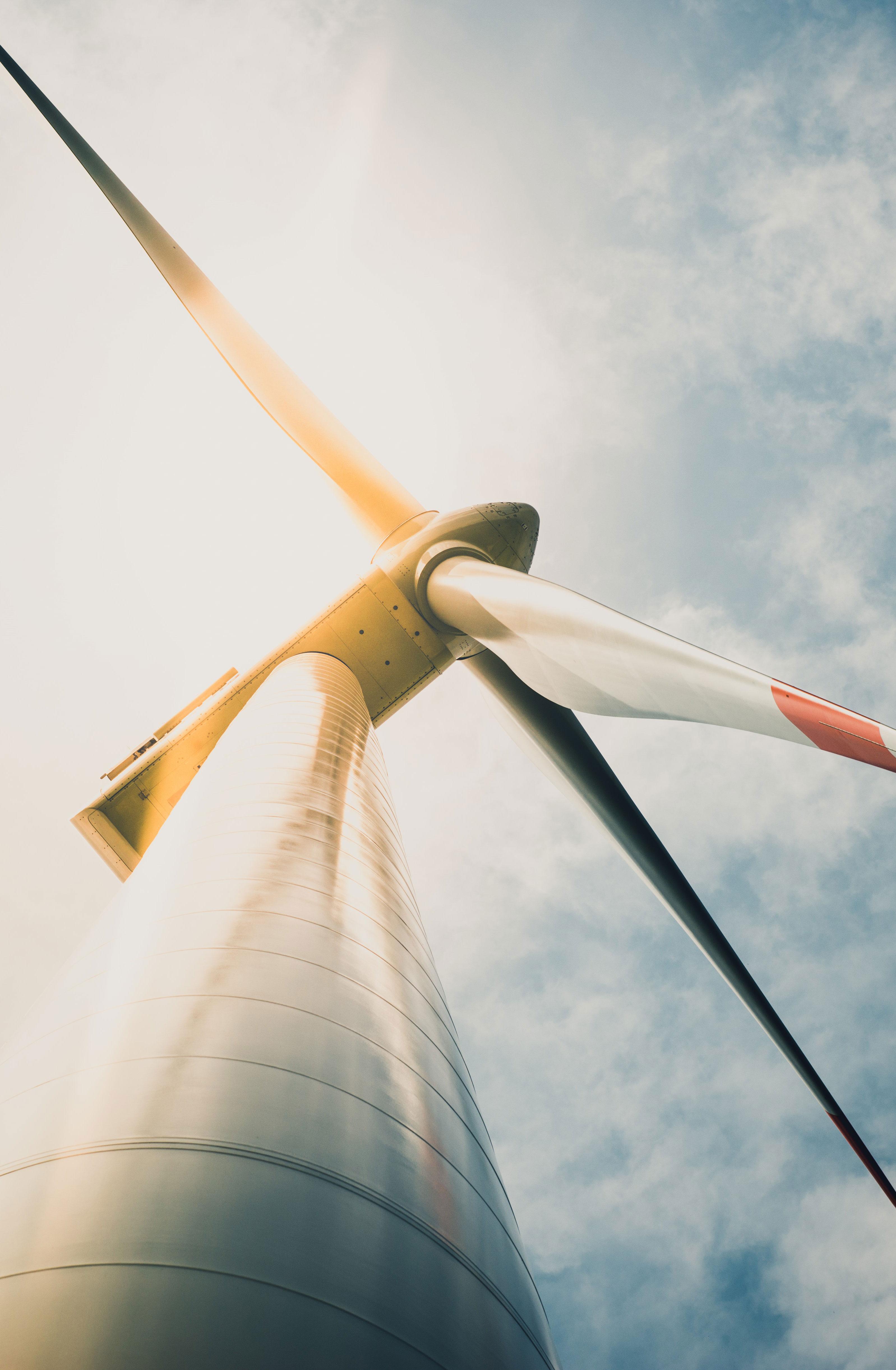 Windkraftanlage von unten (Froschperspektive)